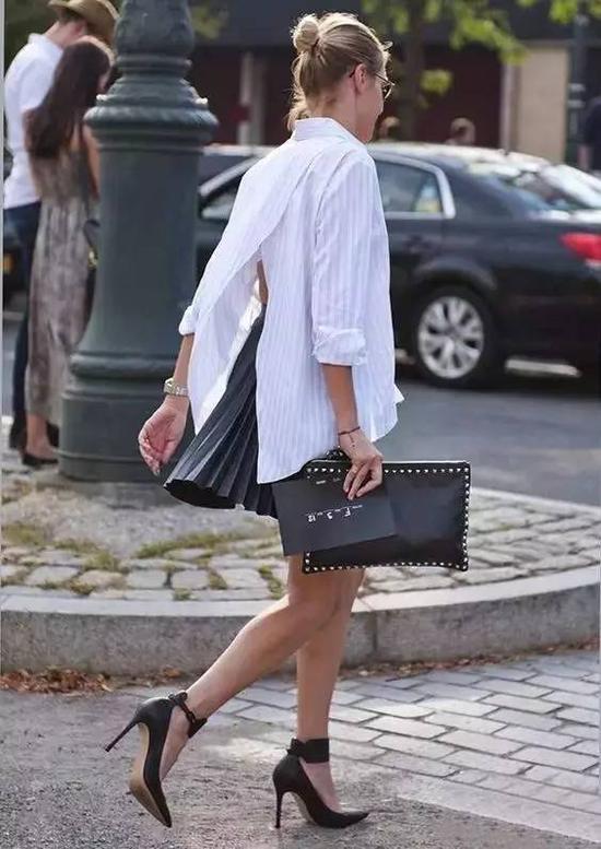 短裙百褶裙的更俏皮,细高跟鞋又拉长小腿比例,后背开叉的设计非常性感。