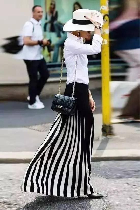 干净清爽的衬衫和灵动飘逸的百褶裙搭配,不仅仙气十足还能让你减龄。