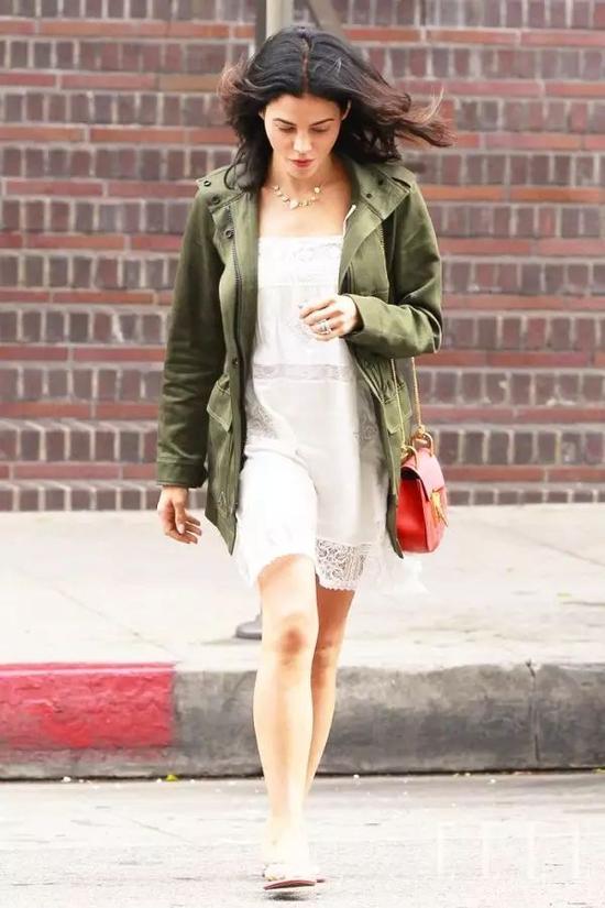 搭配时,可以尽量选颜色偏浅一些的连衣裙(白色为佳),人不会显得没精神,层次感也会体现得更好。