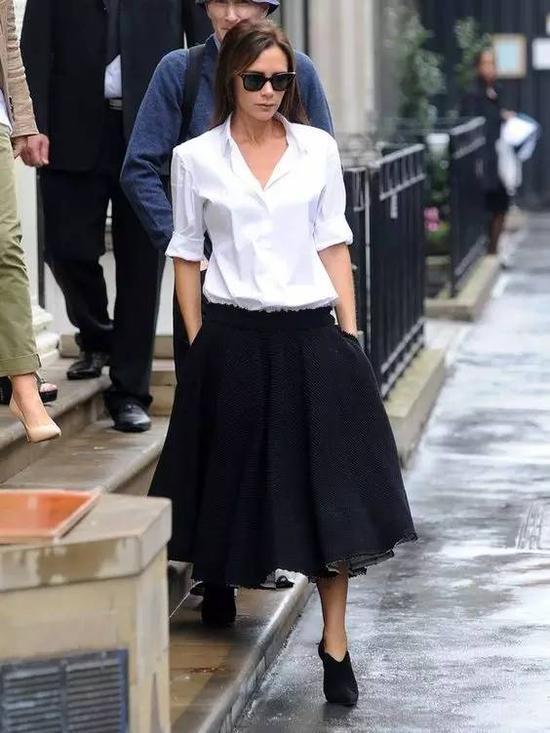 贝嫂就是衬衫+裙子的死忠粉丝,衬衫的干练加上长裙的柔美确实很符合她一贯给人的印象。