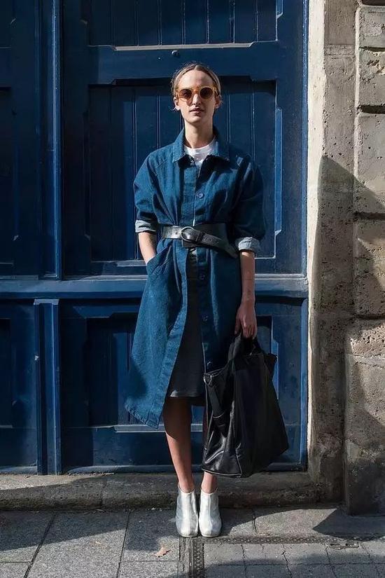 开衫式的牛仔衬衫裙,可以像图中这样将半裙穿在里面,外长内短很好看。