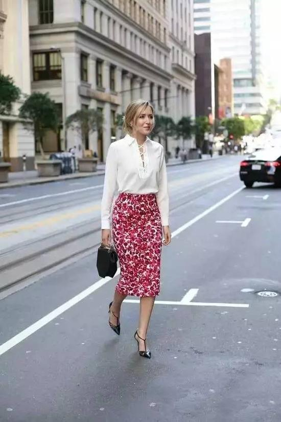 印花的一字裙非常适合都市轻熟女,衬衫就不要太花哨了,纯白色刚刚好。