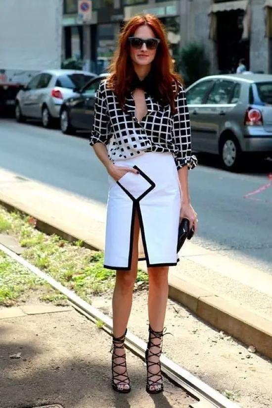 稍微复杂图案的衬衫和裙子,就尽量不要戴太多首饰了。百褶裙不会像蓬蓬裙那么夸张,显瘦又飘逸。