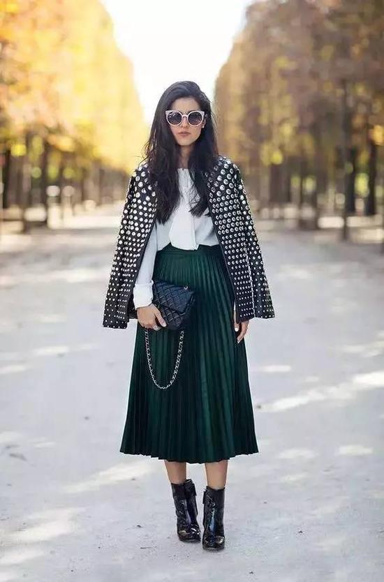 外搭一件铆钉夹克,穿出独特魅力,非常适合有个性的女生。