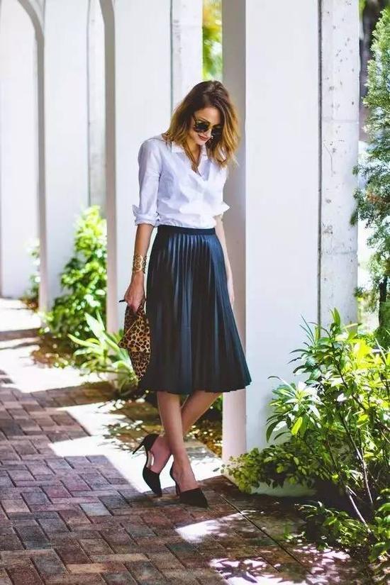 白衬衫基本可以搭配任何材质的百褶裙。