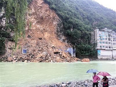 河对岸看岩崩现场。