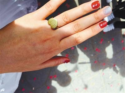 李晓利的戒指是当兵的丈夫用弹壳做的,她觉得很珍贵。受访者供图