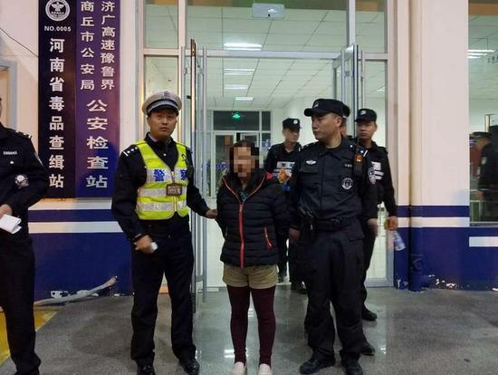 一名在逃人员乘车遇检查 竟拿捡来的身份证糊弄警察