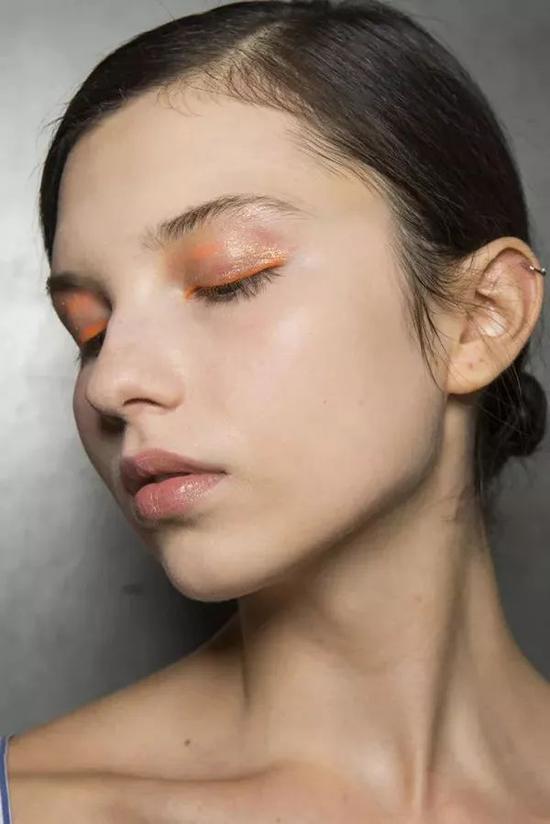 油亮的眼彩为妆容带来了迷离的通透感,万圣之夜可以选择自己喜欢的颜色搭配唇色,一招鲜变得不平凡。