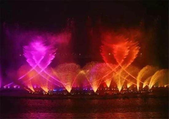 除了晚上的音乐喷泉,白天的双鹤湖中央公园同样值得期待。