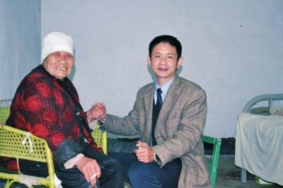 从1989年春节开始,陈凤伟不是亲人胜似亲人,照料李凤英老人28载。