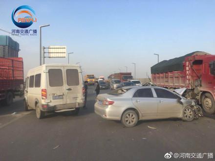 截止到9点,事故一共占据两个车道,后方严重拥堵,请车友们提前绕行。
