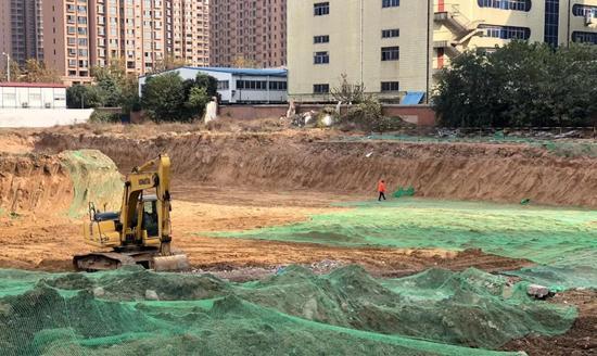 11月14日上午,大河报记者跟随郑州市扬尘办第一督导组工作人员对管城区建筑工地环境整治工作进行检查。