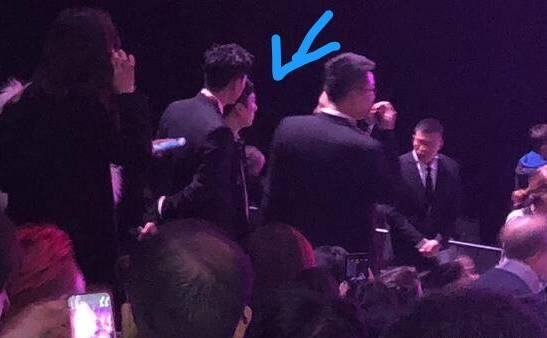 媒体还拍到来晚了的王思聪没有座位