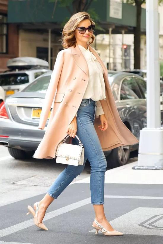 浅蓝色大衣搭配粉色包包亦是非常清新又梦幻的组合,绝对是仙女们的最爱。