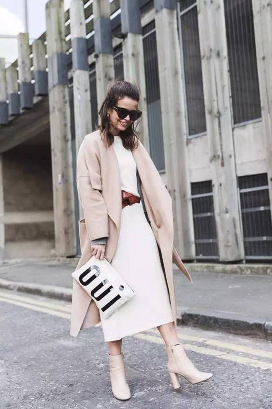 而用白色大衣与驼色内搭组CP,亦能穿出从容大方的迷人魅力。