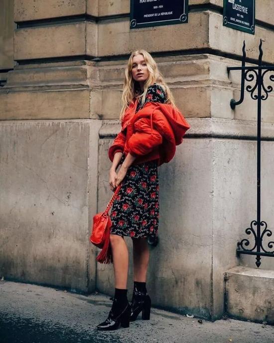 如果觉得红色大衣太张扬的话,用简洁的全黑内搭便能削弱红色的高调热烈。