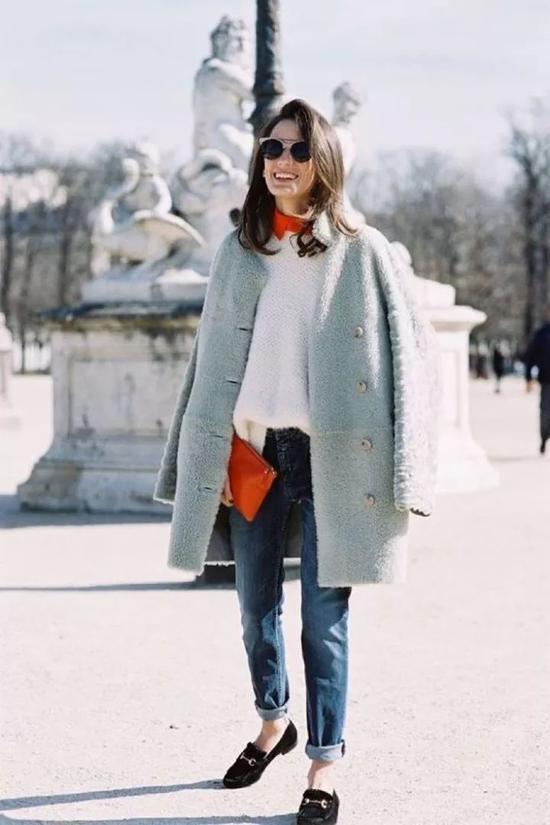 明媚的翠绿西服外套+白色tee,让萧瑟的秋冬也变得俏皮活泼起来。