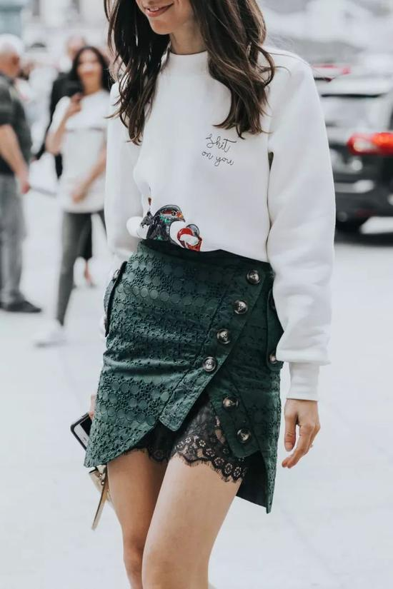 Olivia小姐的秋冬街拍中,就贡献率了不少白+绿的时髦搭配。
