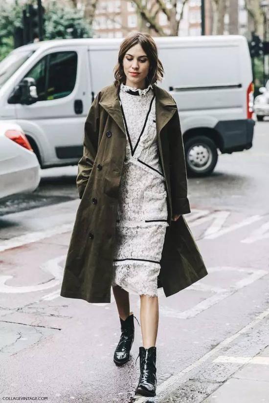 薄荷绿大衣在白色内搭的衬托下,显得更加清新可人。