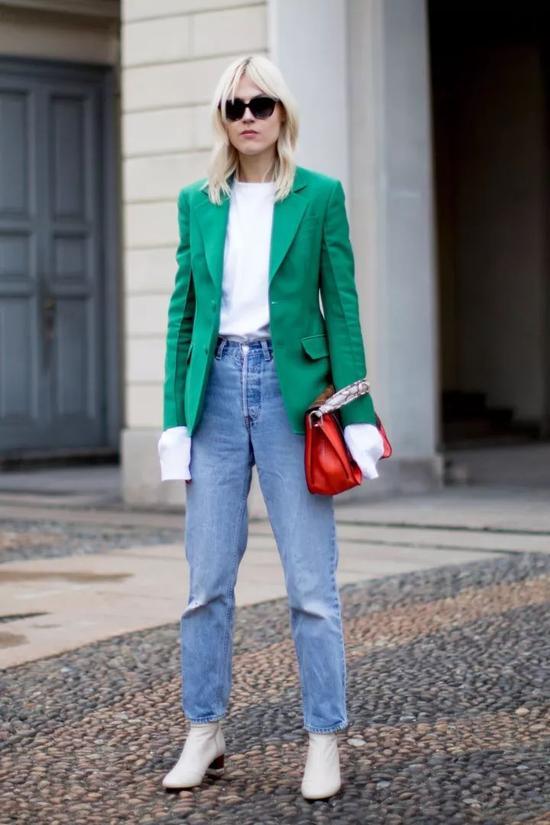 白色外套+橄榄绿内搭,看起来也非常和谐统一,美得赏心悦目。