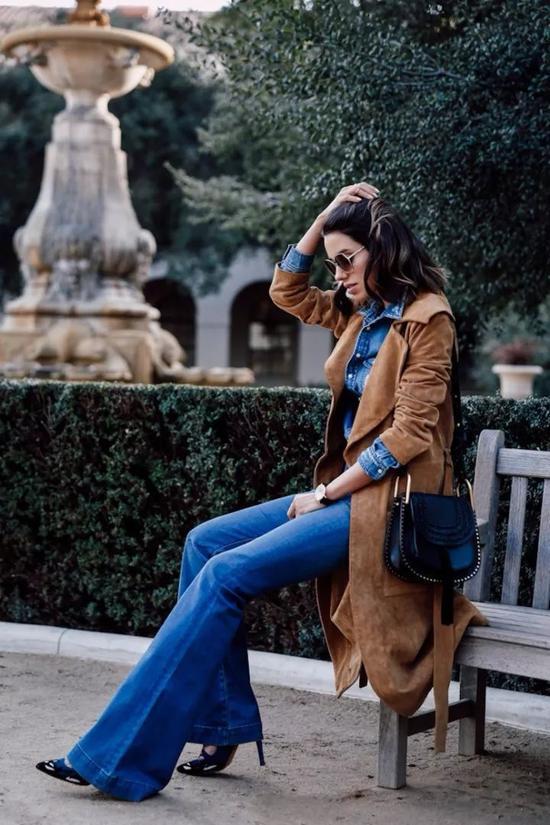 驼色毛衣+牛仔裤,看似极简的搭配却能穿出最帅气洒脱的chic style。