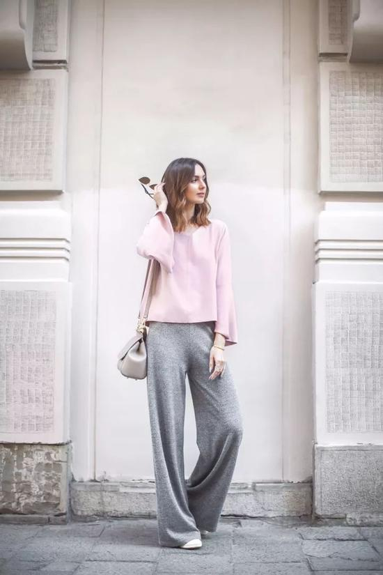 oversized灰色毛衣搭配粉色百褶裙,温柔浪漫极了。