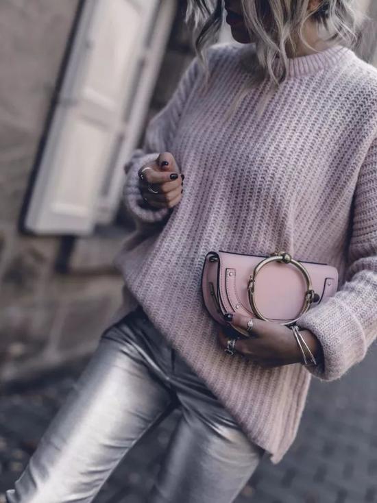 带有灰度的粉色,更能与灰色穿出如同色系搭配一般和谐统一的高级感。