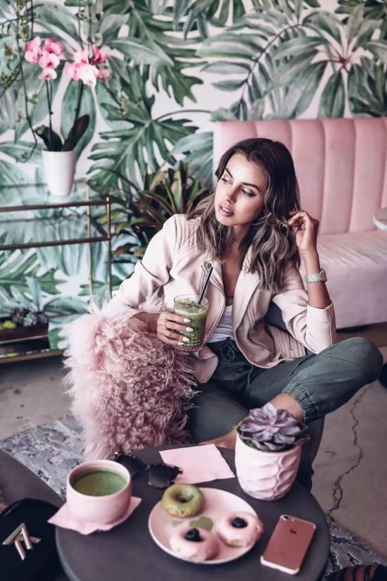 粉色上衣搭配灰色裤装,又美又酷轻松出彩。