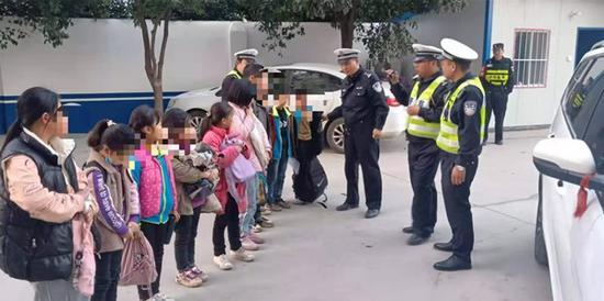 挤着站着坐腿上!漯河这辆7座黑校车塞了10个学生