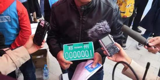 目前,郑州市已公布市区第一批30个上牌点,市民可就近前往办理。