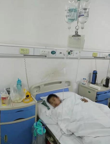 河南汝州8岁男孩被狗扑倒咬成重伤住院 刚能下地走路伤口又渗血