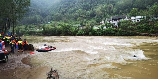 济源两名干部救人被冲走后续:落水车辆被打捞出来 两名失踪者