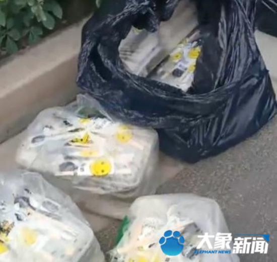 """郑州绿化带每天惊现上百份""""神秘"""
