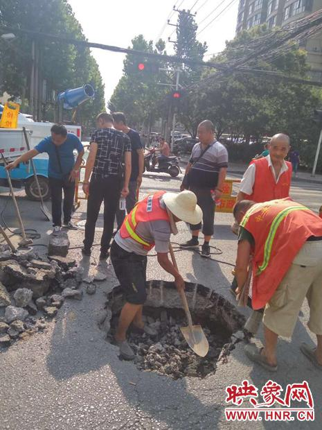 为避免大型机械施工产生噪音影响考生,抢险人员人工开挖