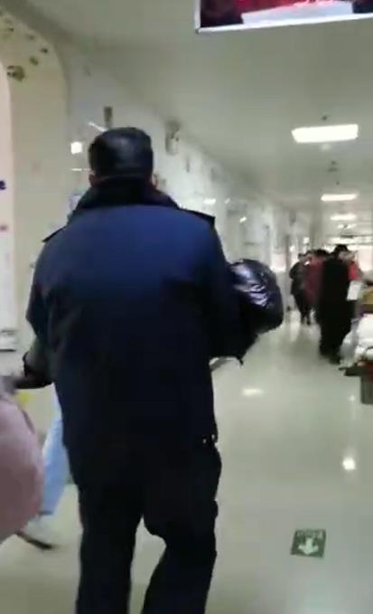 平顶山3岁孩子口吐白沫 执法人员抱起一口气跑4楼求医