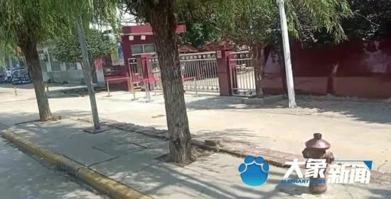平顶山一小学校门口发生车祸 2名孩子卷入车底 其中一人仍在重