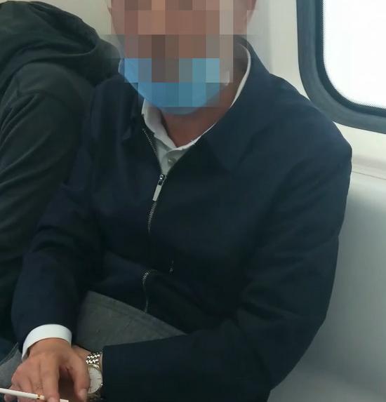 郑州一男子在地铁车厢中吸烟 女孩挺身而出劝阻反被骂