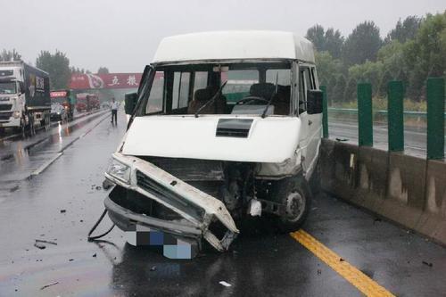 新乡:雨天路滑3车追尾 但车上