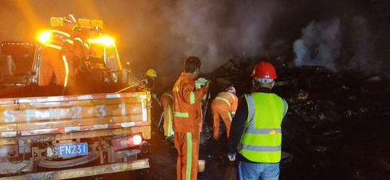 你的快递可能已被烧毁 京港澳高速信阳段一快递车着火