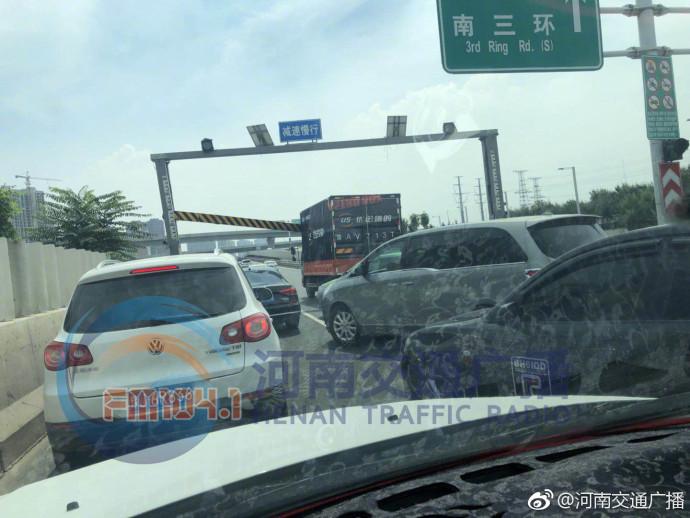 郑州西三环一限高杆被大车撞断 后方开始拥