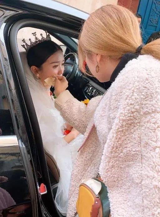 漯河姑娘结婚 父亲和仨哥哥接力将她抱下楼交给新郎