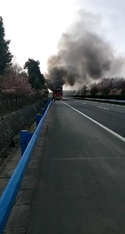 河南男子高速见大巴车尾部着火 加速拦截后救下42人