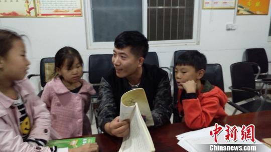 上苑村驻村队员帮村里的孩子辅导功课。赵海洋供图