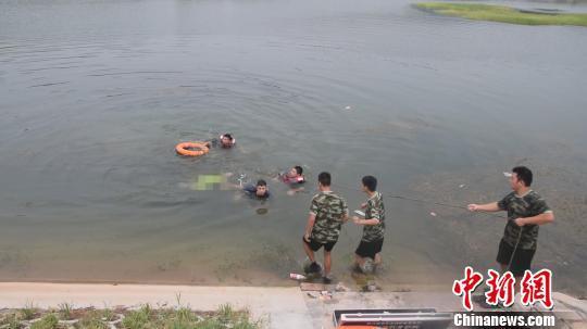 消防救援人员对落水者展开施救。 侯小方 摄