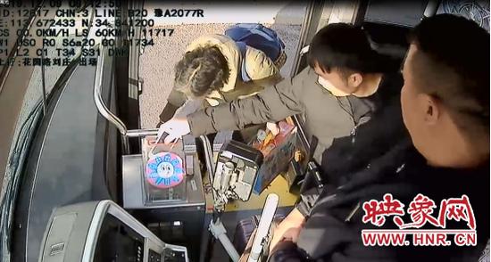 奇葩!郑州男子乘公交没零钱 竟