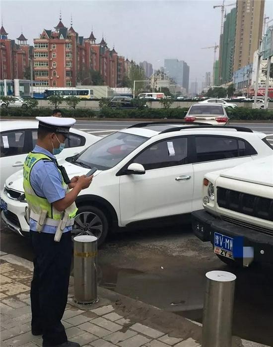 过渡期结束 郑州交警对违停车辆开始实施罚款