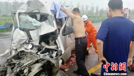 图为交警脱下警服为受伤司机遮雨 韩泽文 摄
