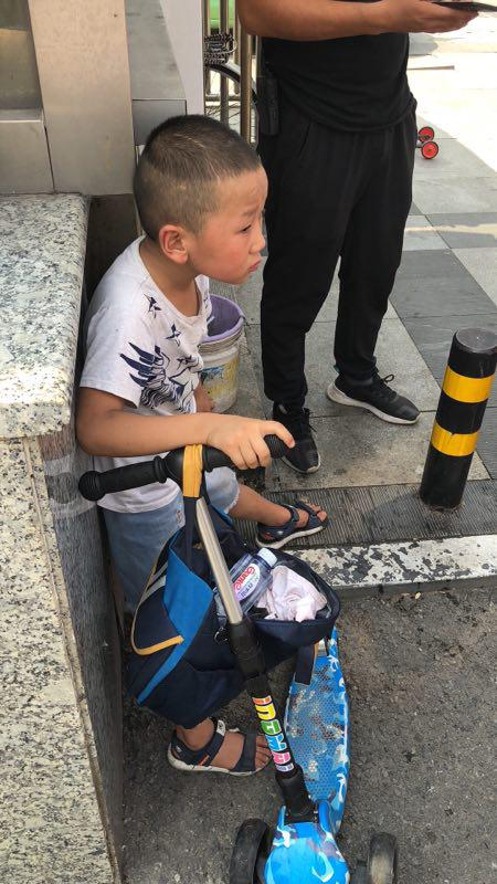 郑州火车站8岁男童和家人走散 交警将孩子