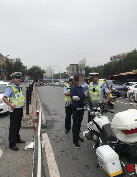 郑州街头电动车违法载人被查 乘车人竟是逃犯